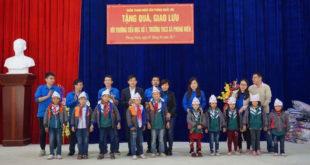 EZ Việt Nam tặng quà cho các em học sinh khó khăn huyện Bảo Thắng